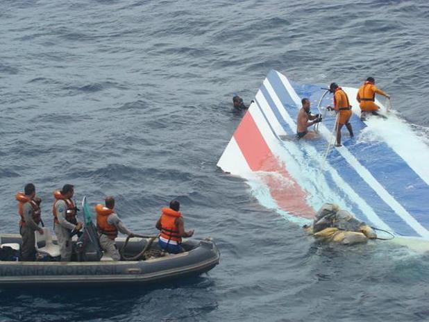 изваждането на останките от катастрофиралия airbus 330 на air france