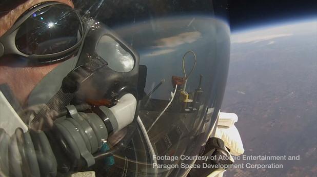 поглед към земята по време на скока на 57-годишния алън юстас