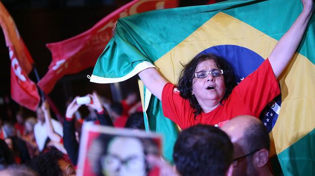 Радост след победатата на Работническата партия на Дилма Русеф в Бразилия