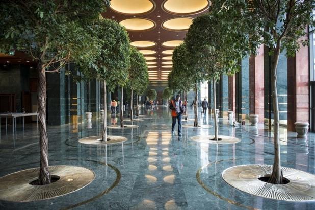 Огромните коридори на палата