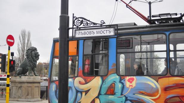 Цветен трамвай по Лъвов мост след реконструкцията