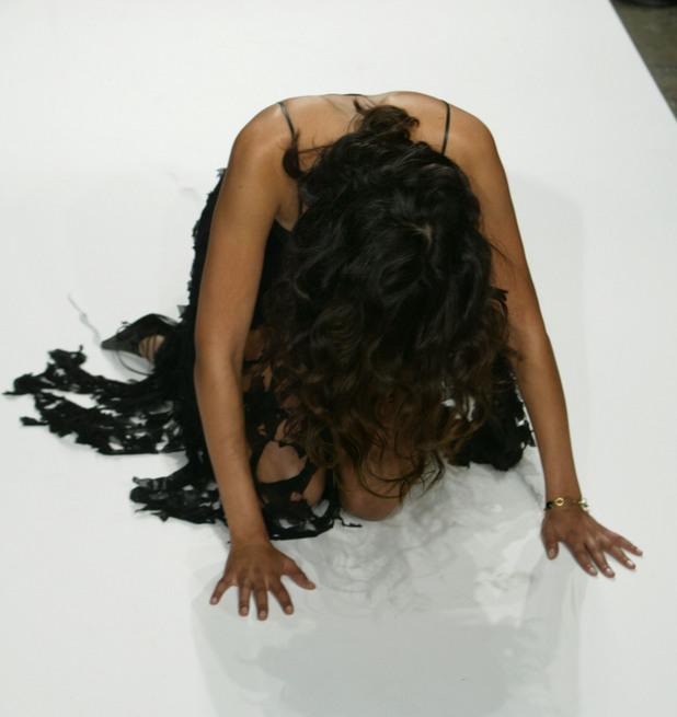 Манекенки падат по време на ревю