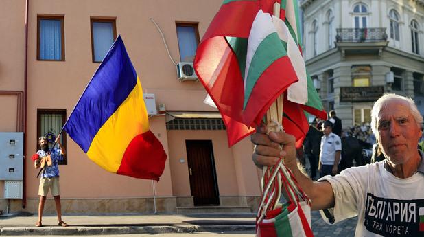 български знамена на фона на румънският трибагреник