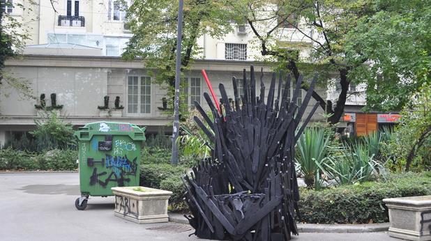 Creative destruction поставиха трон пред имот до Кристал, за който се твърди, че е на Цветан Василев