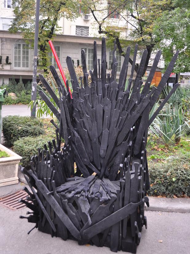 Дървен трон пред палата на Цветан Василев