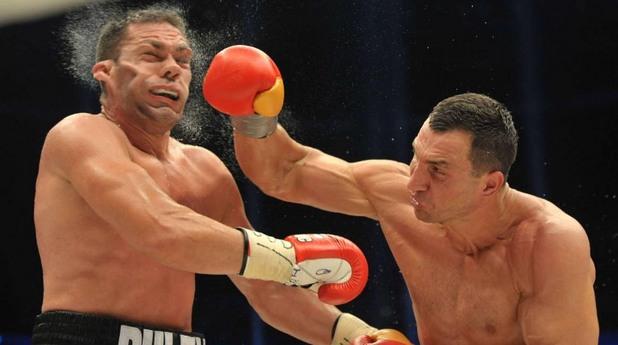 Владимир Кличко удря Кубрат Пулев в боксовата среща помежду им
