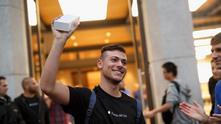 Мъж се радва, след като е успял да се сдобие с новия iPhone