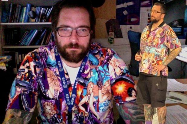 Мат Тейлър от Розета, облечен в ризата, която предизвика реакции сред феминистите
