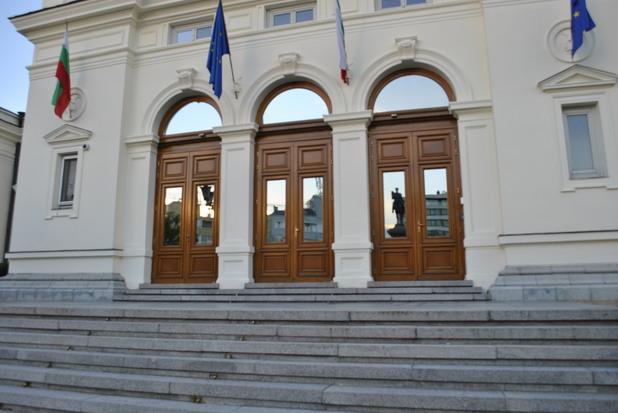 Централният вход на Народното Събрание