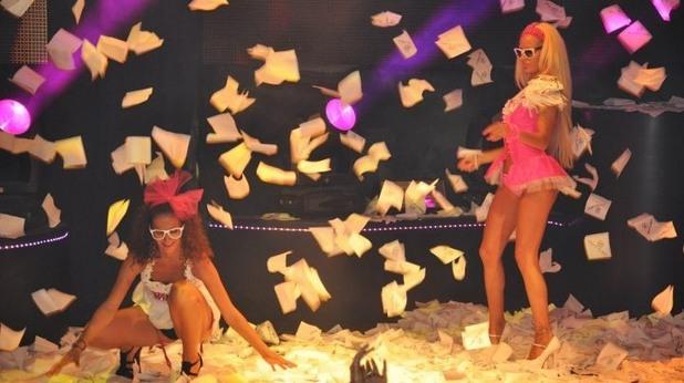 Момичета сред дъжд от салфетки в чалготека