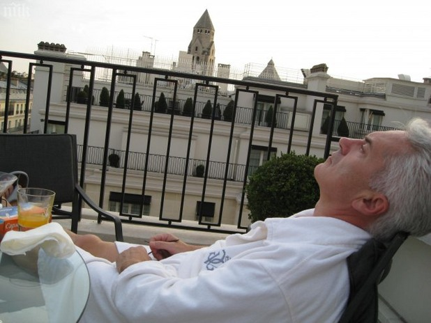 """Волен Сидеров си почива на терасата на хотел """"Джордж Пети"""" в Париж"""