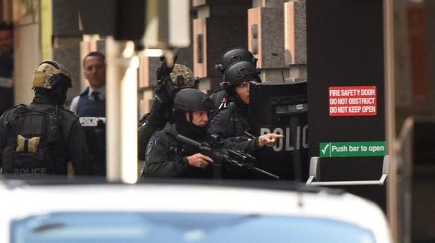 Полицията щурмува помещението със заложниците