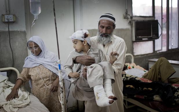 Болница в Пешавар след атентат на талибаните