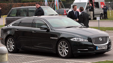 Дейвид Камерън зад своя Jaguar