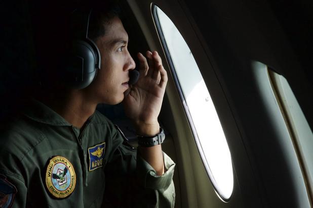 пилот от ввс на индонезия по време на оглед в търсене на останки от самолета на airasia