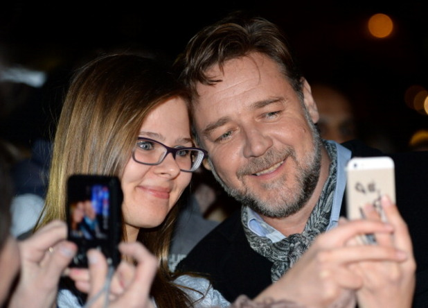 """ръсел кроу си прави селфи с почитателка на премиерата на филма """"ной"""""""