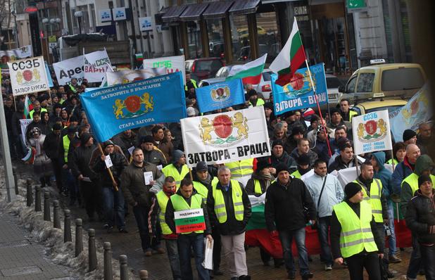 Служители на всички затвори в страната излязоха на протест днес в София