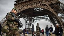"""тежковъоръжени военни охраняват айфеловата кула в париж след атентата срещу """"шарли ебдо"""""""