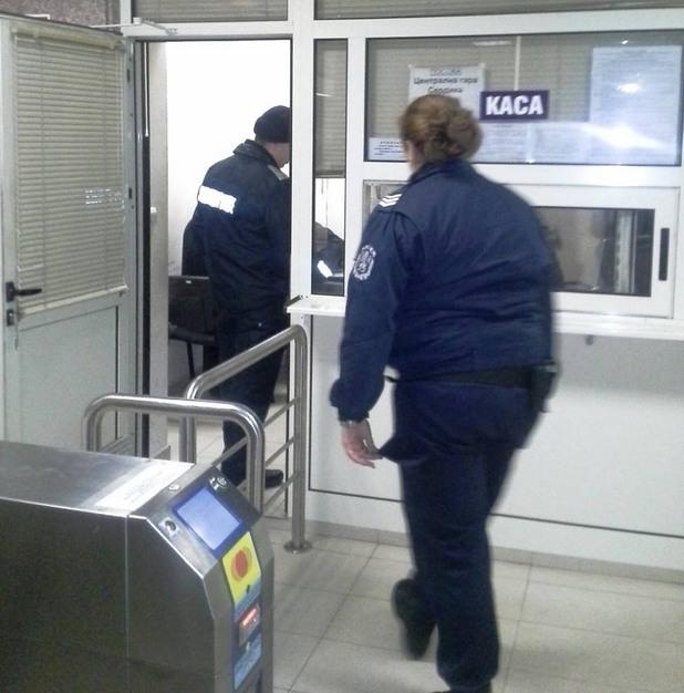 Момиче обвинява полицай, че е пребил в стаика на метрото в София