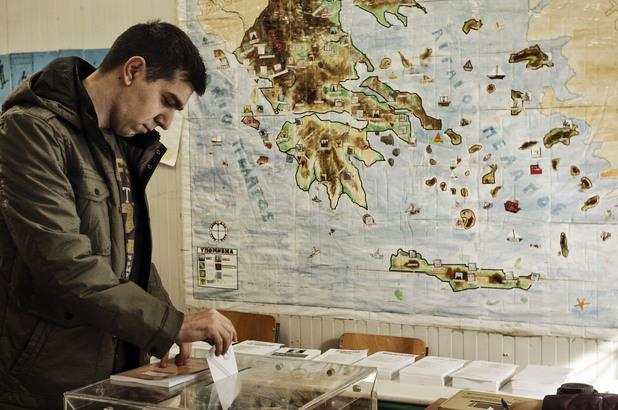 Мъж гласува на изборите за парламент в Гърция - 25 януари 2015
