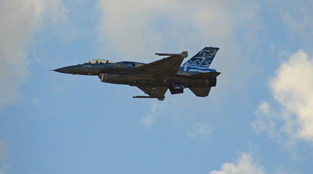 гръцки изтребител f-16 по време на полет