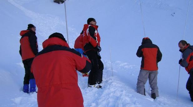 Планинската спасителна служба в Разлог показва как се търсят заровени хора при лавина