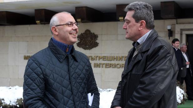 Веселин Вучков и директорът на пожарна безопасност и защита на населението Николай Николов  пред Министерството на вътрешните работи