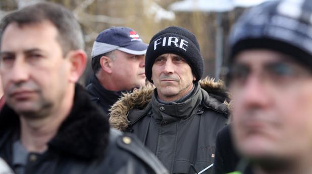 Пожарникари излизат на протест заради съкращения на незаети щатни бройки и лошите условия на работа, с които се сблъскват.