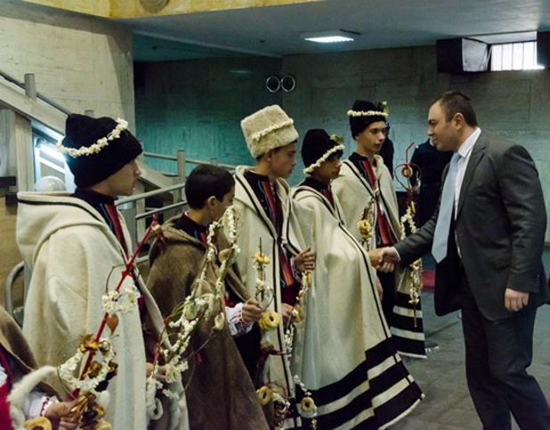 Ромски деца сурвакат главния секретар на МВР Светлозар Лазаров
