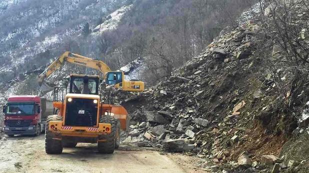 Скална маса затрупа пътя Кричим - Девин