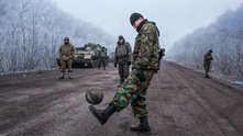войници в източна украйна играят футбол в деня на примирието