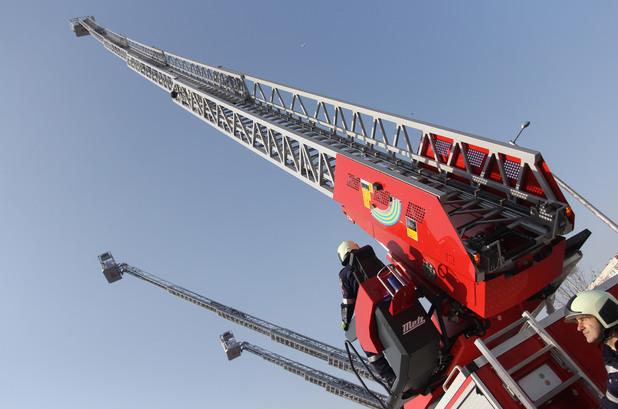 Веселин Вучков, Гл. комисар Николай Николов връчиха ключовете на пет 42-метрови пожарни стълби, предназначени за службите в София, Пловдив, Варна, Бургас и Плевен.