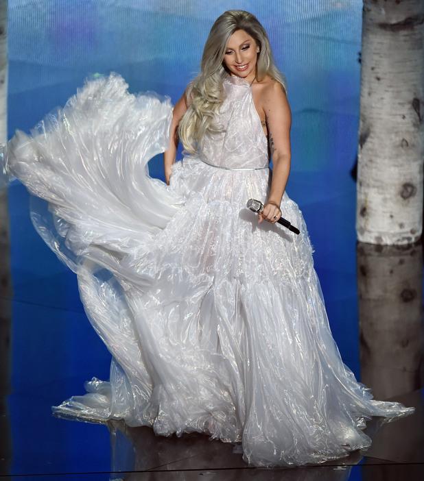 Лейди Гага пее на церемоняита по раздаването на Оскарите 2015
