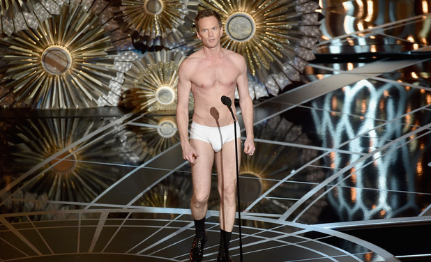 Нийл Патрик Харис, водещ на Оскарите 2015, имитира героя на Едуард Нортън от Бърдмен