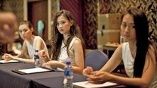 Кандидатките за Мис Китай 2014 година, получават уроци по етикет