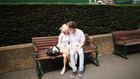 Двама влюбени на пейка във Великобритания