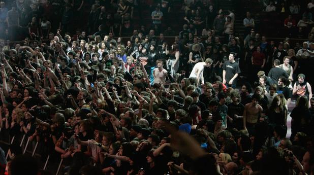Фенове на метъл концерт