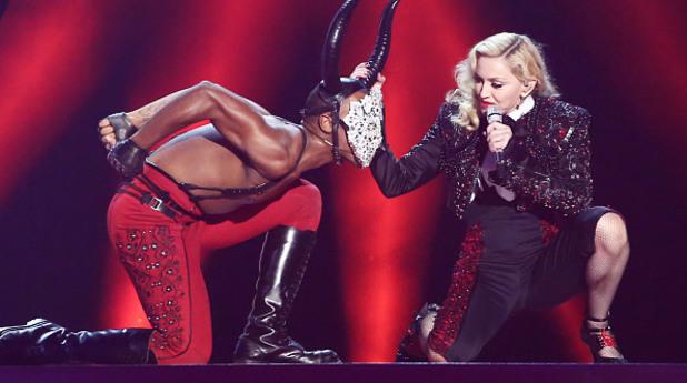 Мадона падна, по време на изпълнението си на Brits awards