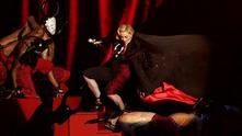 Мадона падна, докато е на сцената на Brits awards