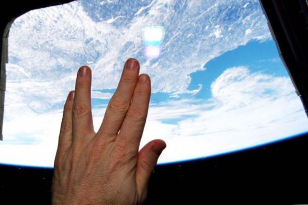 """астронавтът тери виртс изрази почитта си към покойния актьор ленард нимой (спок от """"стар трек"""") от борда на международната космическа станция"""