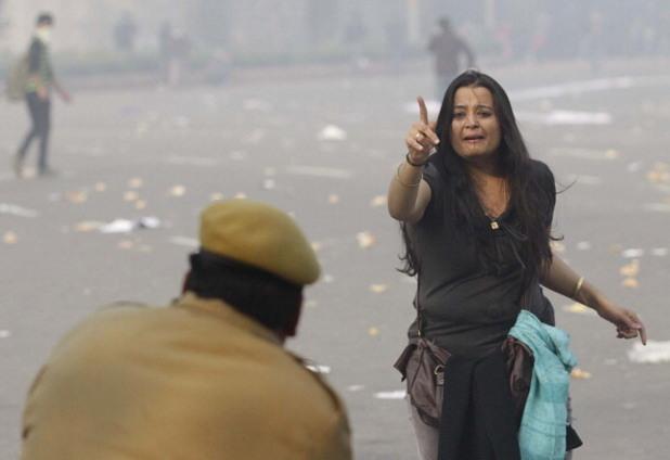 протестираща и полицай по време на демонстрациите в индия след бруталното изнасилване на млада жена през 2012 г.