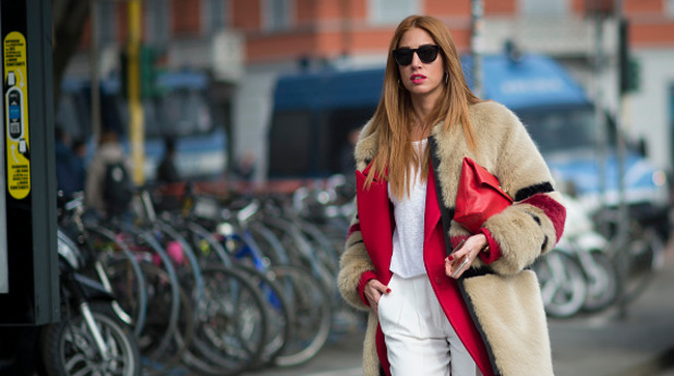 Жена с кожено палто