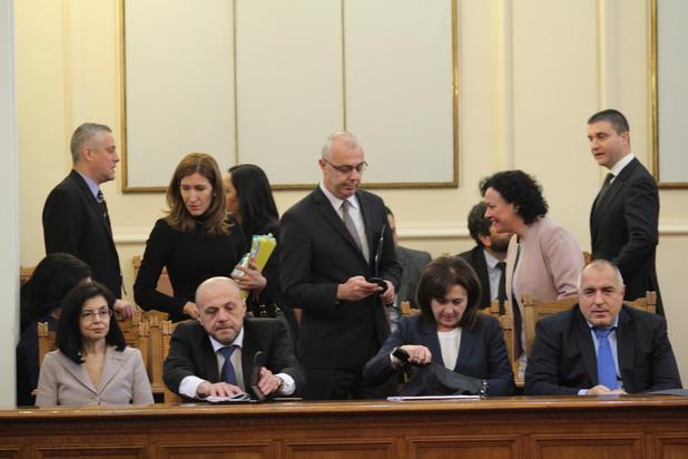 """веселин вучков беше освободен от поста министър на вътрешните работи, а със 139 гласа """"за"""" народното събрание одобри номинацията на румяна бъчварова за нов ръководител на мвр"""