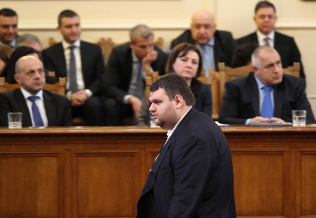 делян пеевски в пленарна зала по време на дебатите по избора на нов министър на вътрешните работи