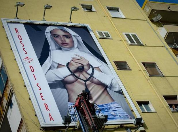Секси монахиня скандализира Неапол и Ватикана