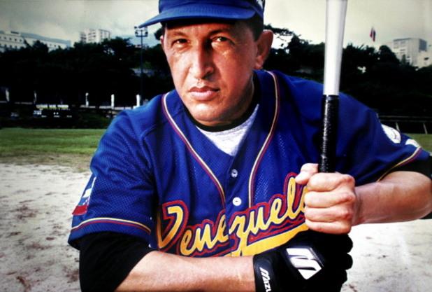 президентът на венецуела уго чавез позира в екип за бейзбол