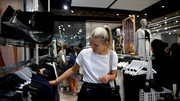 Жена в магазин за дрехи