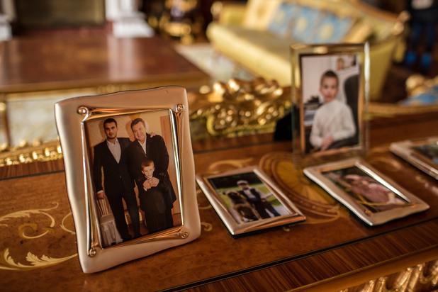 семейна снимка на бившия украински президент виктор янукович със сина му виктор и внука иля