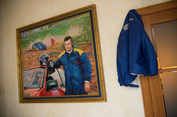 портрет на янукович като автомобилист, открит в резиденцията на бившия украински президент