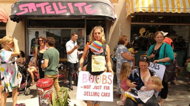 Протест на майки за кърмене на обществено място